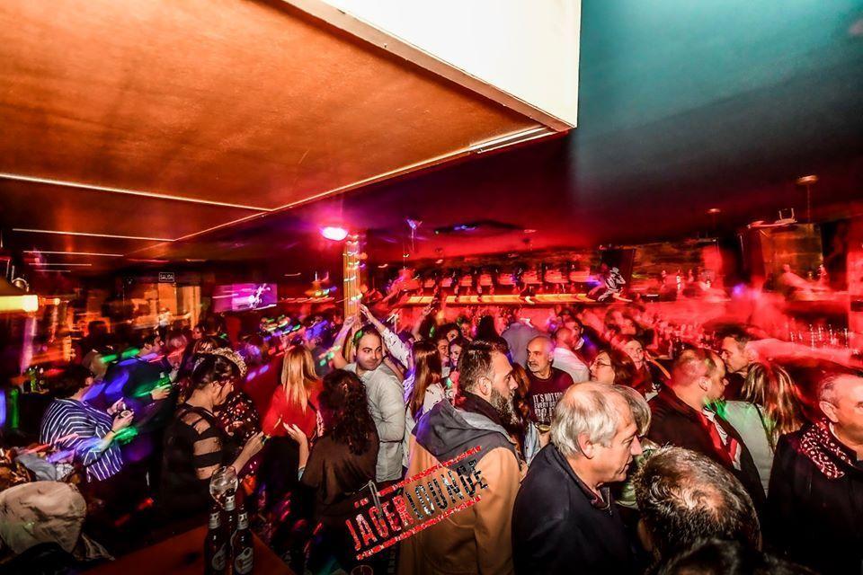Foto de gente pasandolo bien en la Jager Lounge una noche.
