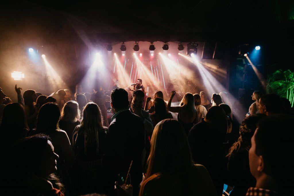 Concierto en una sala de conciertos.