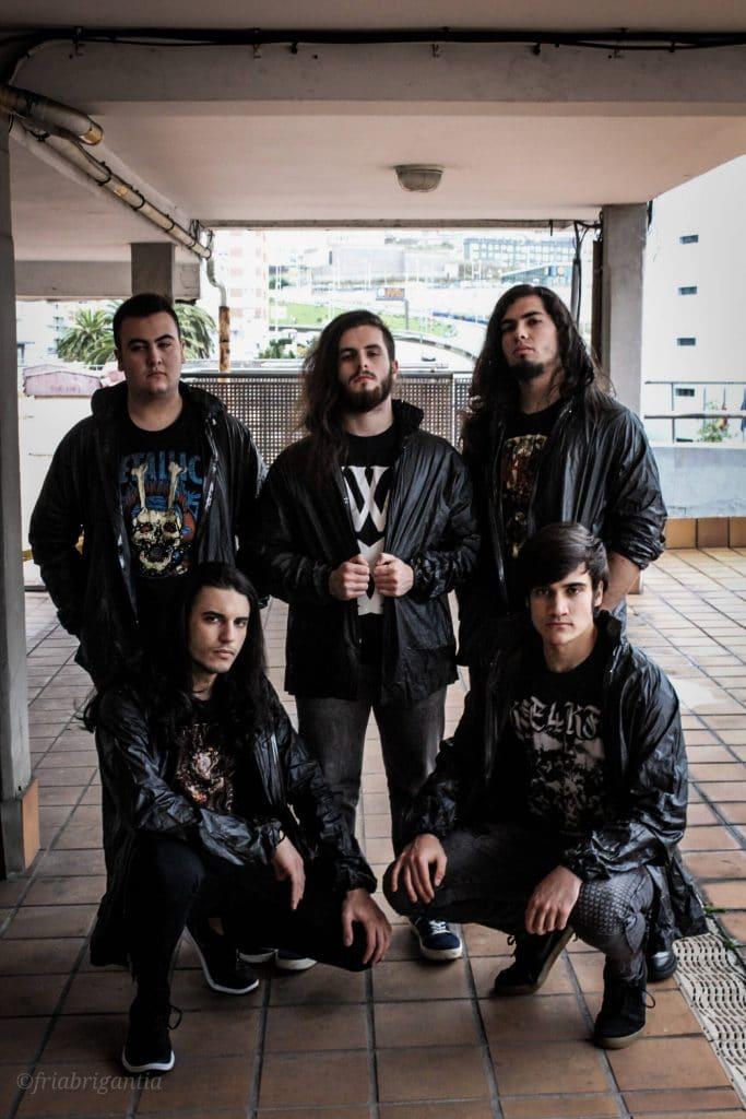 Los chavales de la banda metalera Crystal Somnia posando en los exteriores del Coliseum, A Coruña.