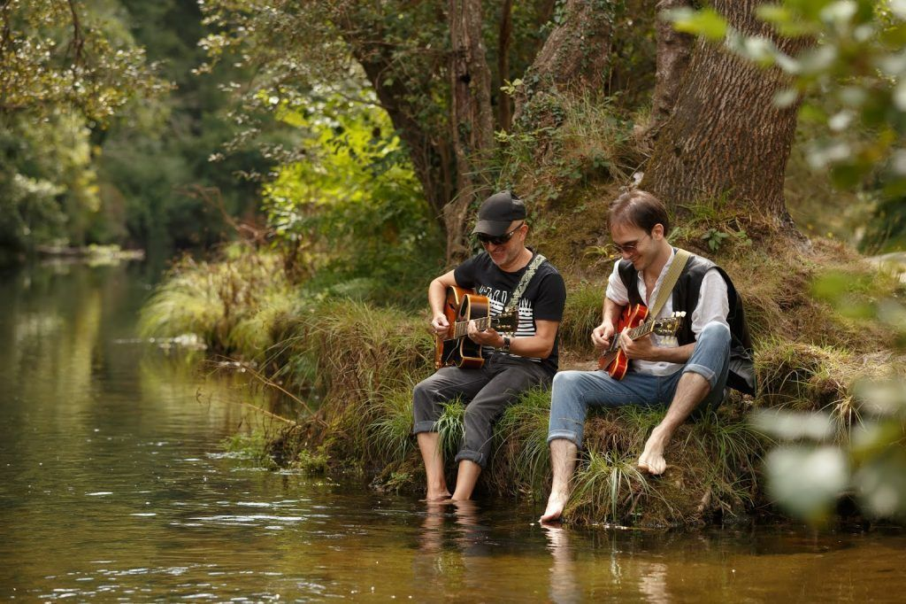 Kely García y Rubén Reinaldo inspirandose en uno de los muchos ríos que hay en Galicia.