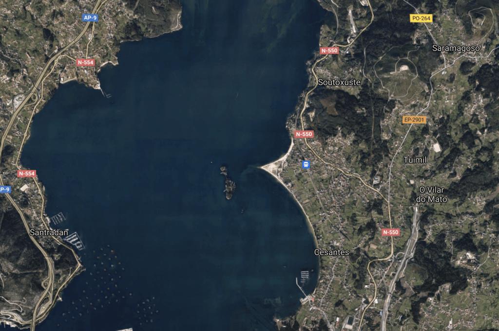 Captura de Google Maps en la que se puede apreciar parte de la Ría de Vigo, con la Isla de San Simón.